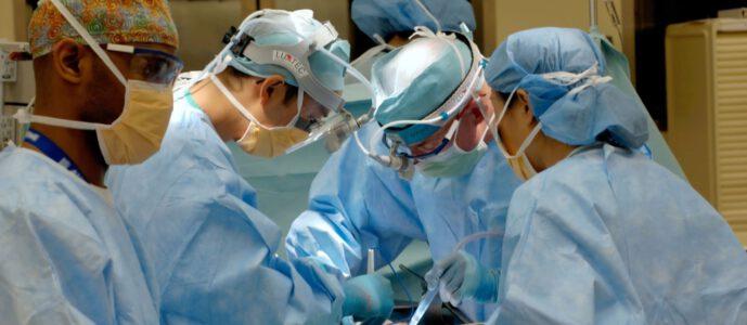 Imagen de sala de operaciones durante cirugía para cáncer de mamas o mastectomía