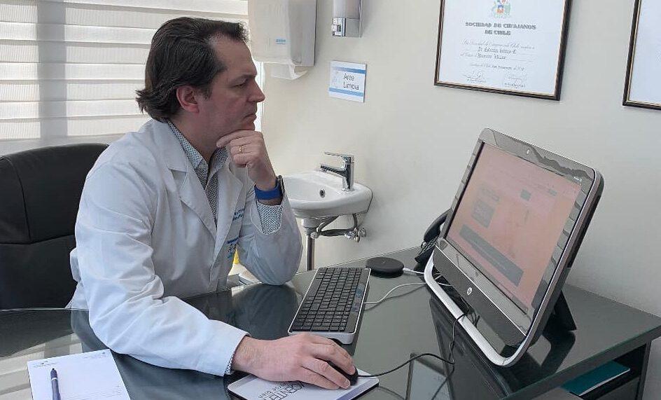 Doctor Esteban Torres Egaña en su oficina